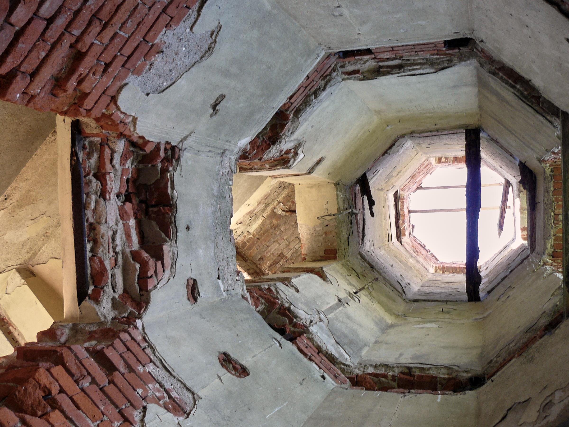 Der Schloßturm von unten