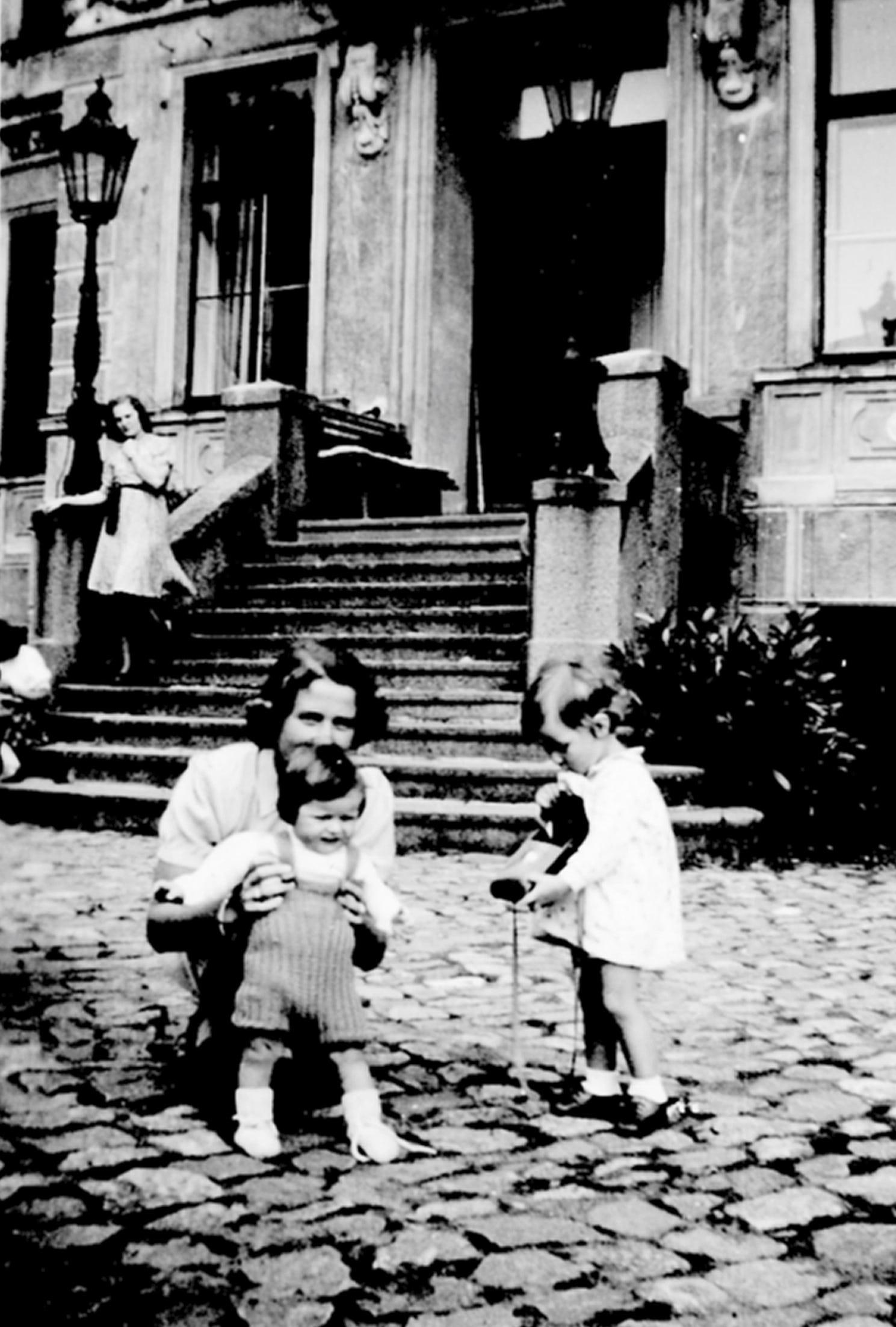 Gräfin von Knyphausen mit Töchtern